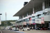 いよいよこの日のクライマックス。鈴鹿サーキット国際レーシングコースに向けてコースインしてゆく小さなABARTHたち。このあとはパレード走行とフリー走行が待っている。
