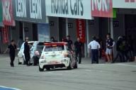 並び順で幸運を射止めたエントラントには、今季もスーパー耐久(S耐)に参戦しているABARTH695アセットコルセの助手席で、サーキットタクシーを体験するチャンスも。S耐mCrt(ムゼオ チンクエチェント レーシングチーム)のAドライバーで、鈴鹿をホームコースとする大賀祐介インストラクターが、自らドライビングを担当した。